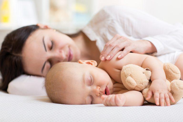 dobrze śpiący niemowlak